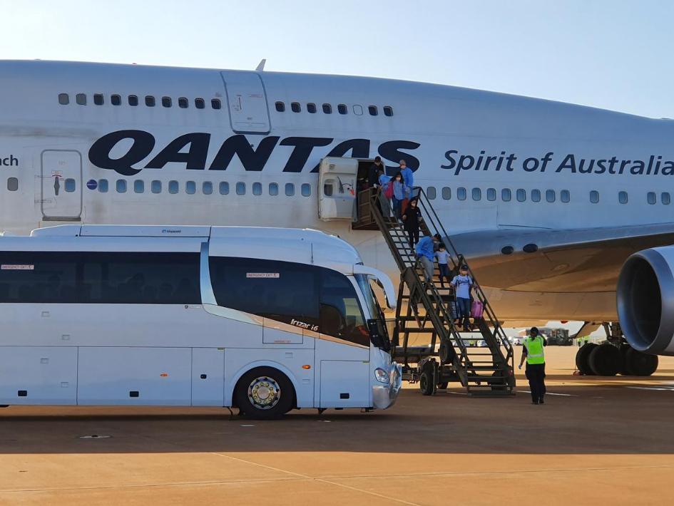 Австралия эвакуирует своих граждан через военнуб базу Лермонт, после чего отправляет всех на принудительный карантин на 14 дней